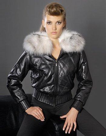 В этом сезоне предпочтение отдается кожаной куртки с шикарным мехом.